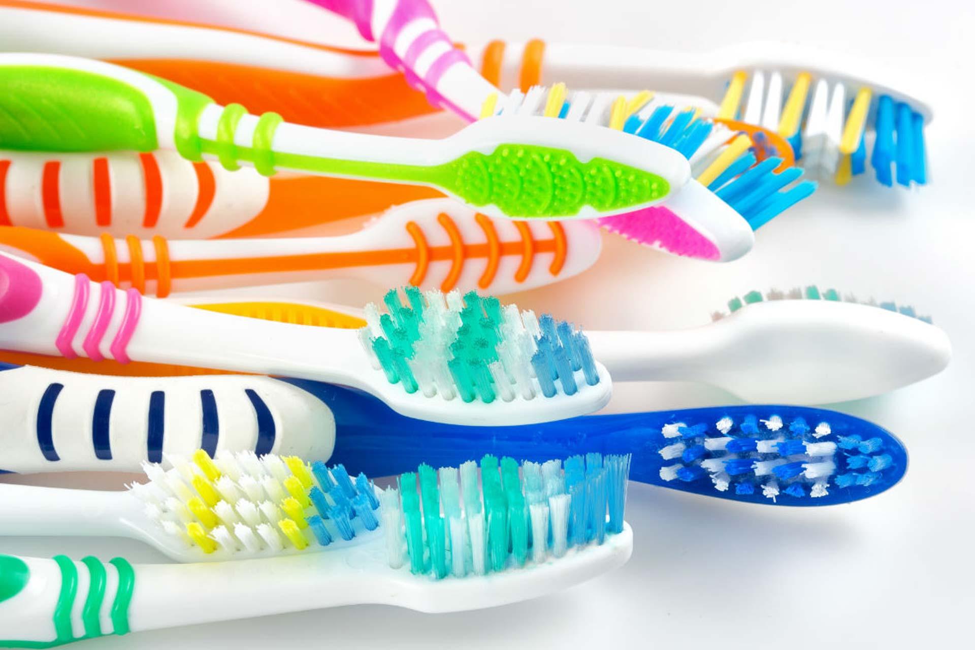 Как выбрать зубную щетку и правильно чистить зубы